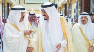 بالصور.. خادم الحرمين يلتقي الأمير خليفة في الرياض